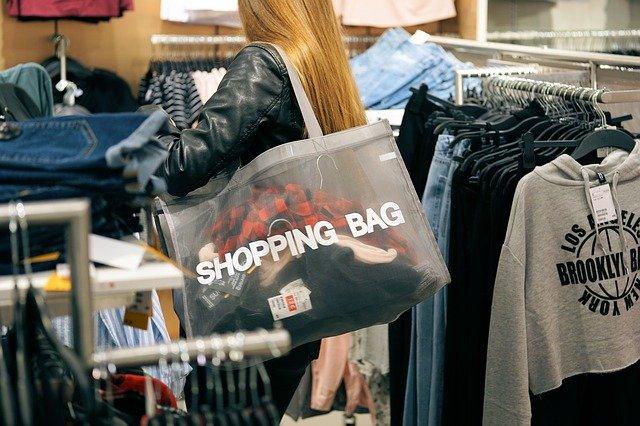 dívka s taškou