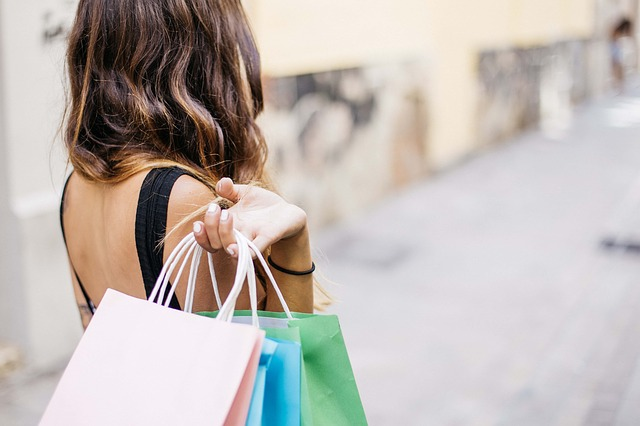 bruneta na nákupech