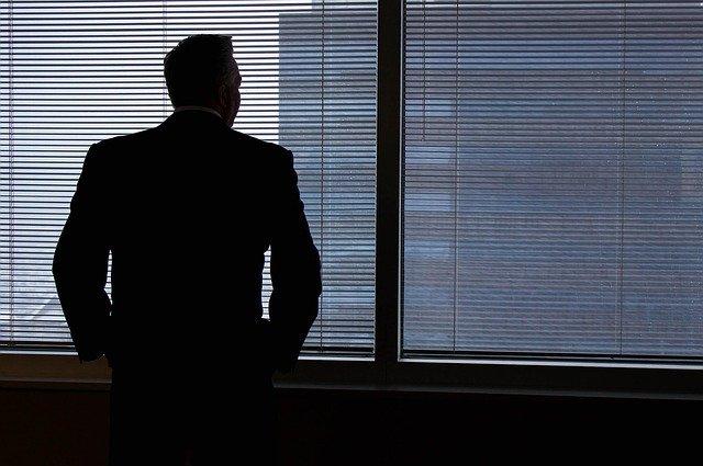 pohled muže k okna.jpg