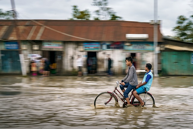 cyklista při povodni.jpg