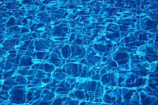 Vodu v bazénu můžete nejen chránit před nečistotami, ale zároveň i ohřívat
